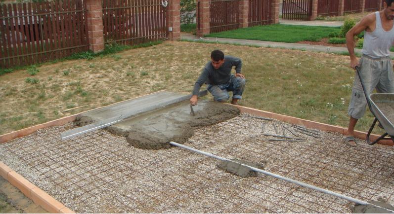 Заливка бетона на армированную сетку, выравнивание.